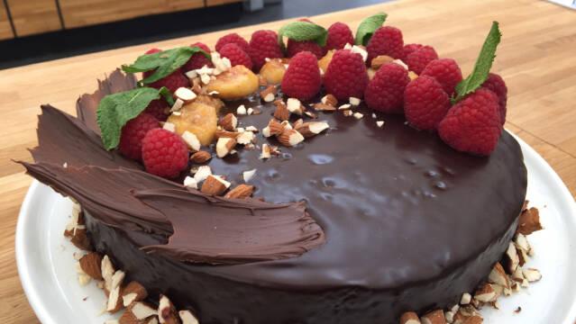 kage med chokolade og bær
