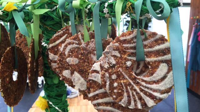 runde knækbrød med bånd