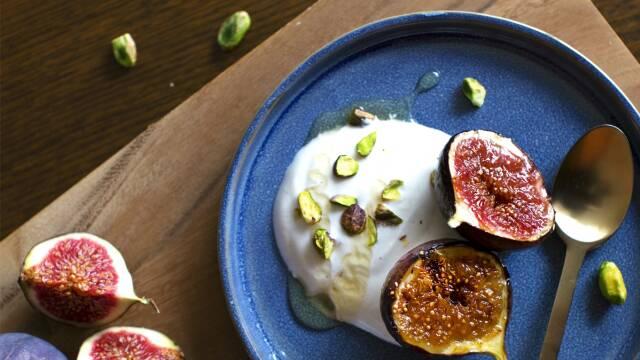 Karamelliserede honningstegte figner med citronyoghurt og pistacienødder