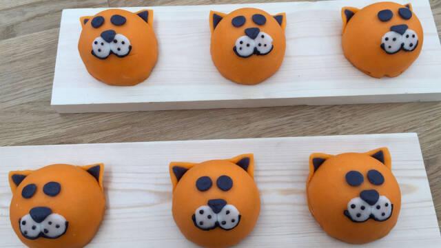 orange kager, der ligner katte på træfade