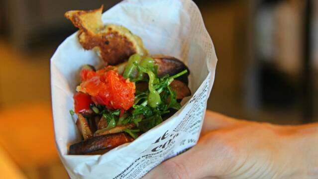 Fish'n-chips i sprød dej med kvæde serveret i avispapir.