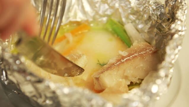 Torsk, dild, porrer og hvidvin i sølvpapir på grill