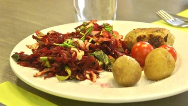 Fiskefrikadeller med bedesalat, kartofler og tomater
