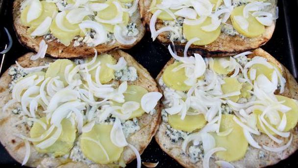 Skønne pizzaer med fed ost og løg