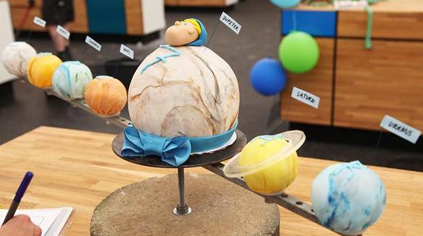 Fødselsdagskage som planeter i vort solsystem