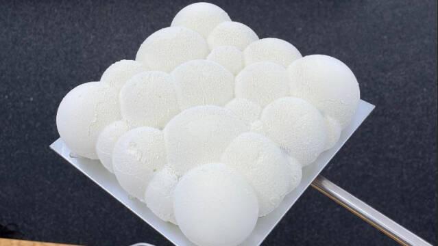 Hvid kage, som ligner en sky eller bobler