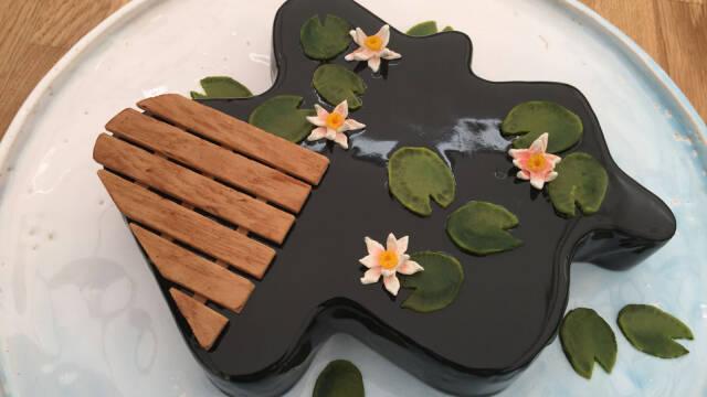 kage formet som en sø med åkander og badebro på gråt fad