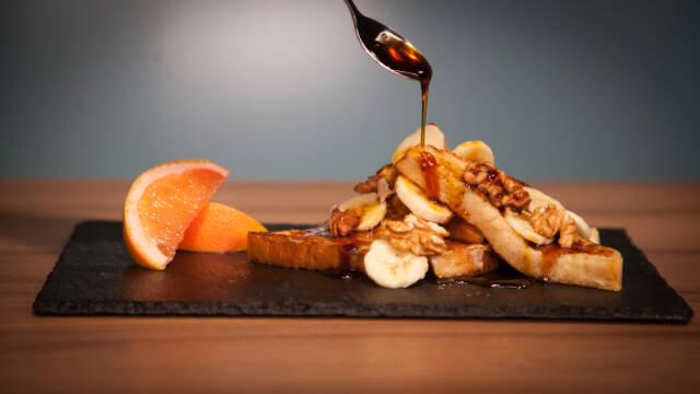 French toast med banan og valnødder