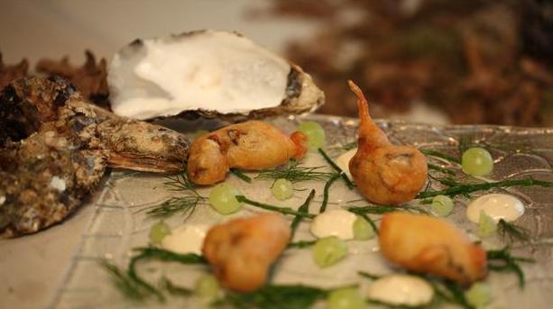 Billede af friterede østers i beignetdej med tilbehør