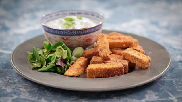 Tallerken med sprøde auberginefritter og yoghurtdip