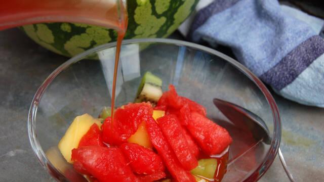 Billede af frugtsalat med vandmelonsirup