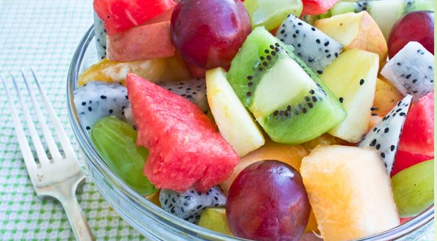 Lækker frugtsalat, som skal serveres med vaniljesirup og chili