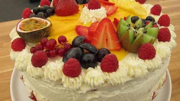 Billede af lagkage med masse af frug