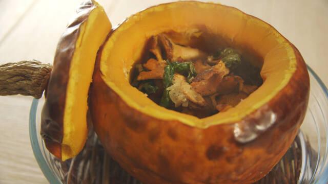 Udhulet og fyldt græskar med svampe.