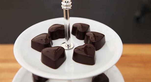 Fine fyldte chokoladehjerter med hindbærfyld