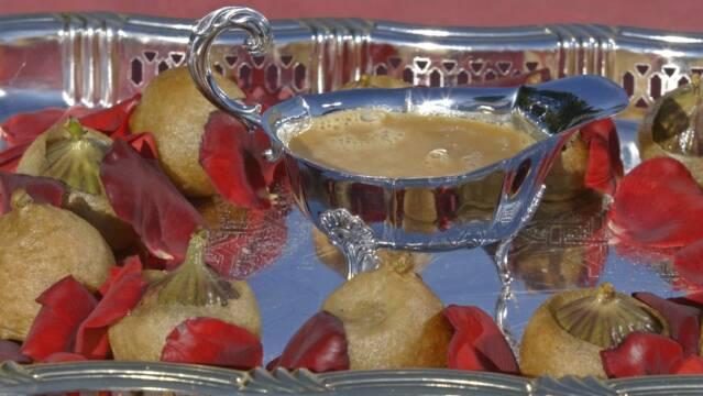 Smukt fad med indbagte og fyldte figner og karamelsauce