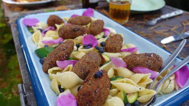 Kebab på pasta med blomsterblade