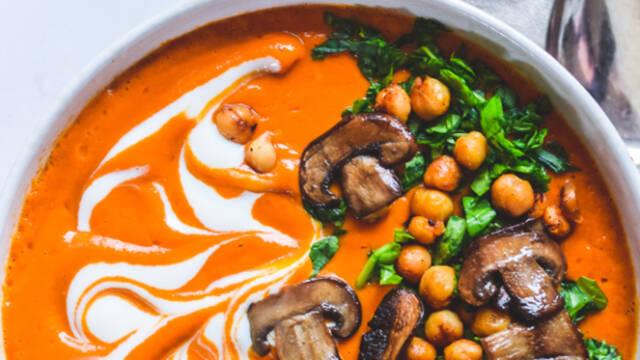 Græskarsuppe med svampe og andre toppings