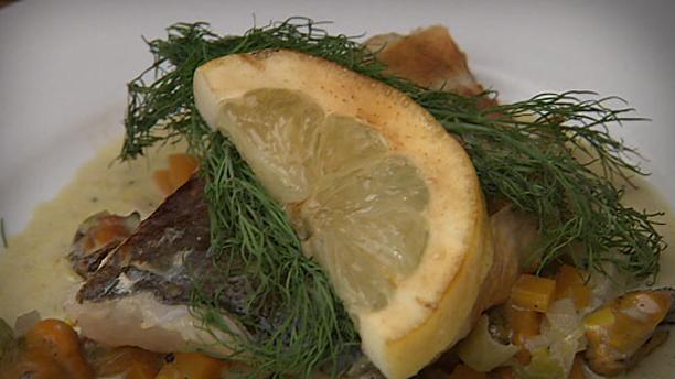 Billede af gravad og røget torsk med blåmuslingesovs og aspargessalat
