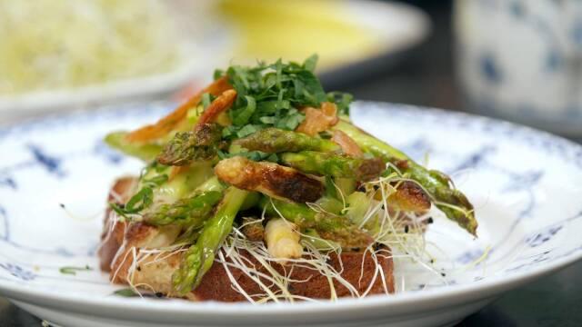 Smørrebrød med asparges på tallerken