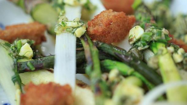 Billede af grillede asparges med skilt remo