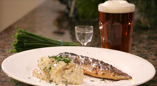 Billede af grillet eller stegt makrel med kartoffelsalat
