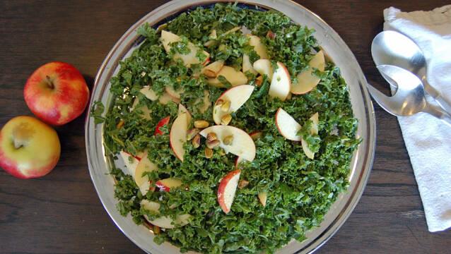Skål med grønkålssalat med æbler og pistacienødder