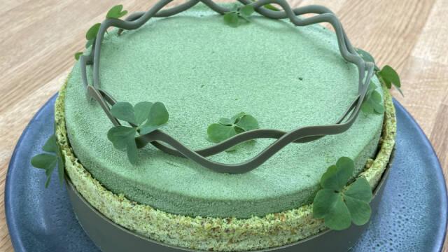 Grøn kage med chokoladepynt på toppen