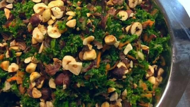 Frisk grønkålssalat med nødder