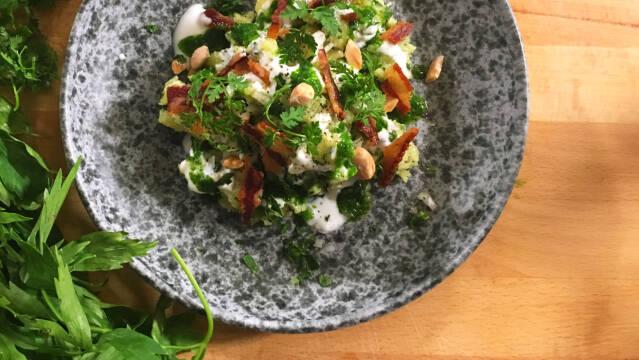 Kartoffelmos på tallerken pyntet med krydderurter
