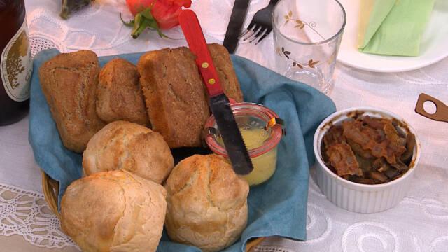 En brødkurv beklædt med et blåt stof og seks mini-grydebrød indeni