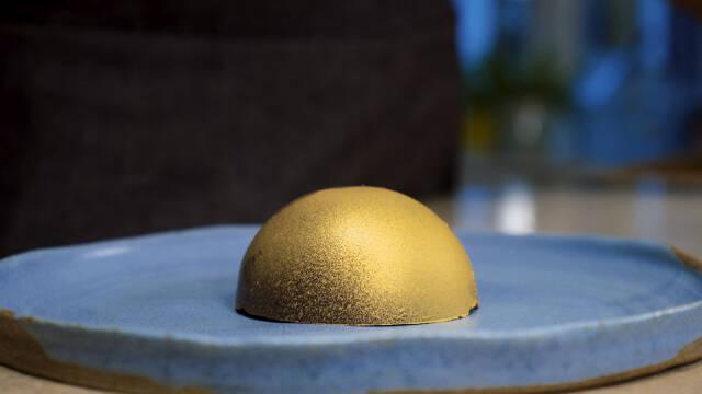 guld halvkugle på blå tallerken