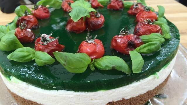 Billede af cheesecake med basilikumgele og bagte tomater