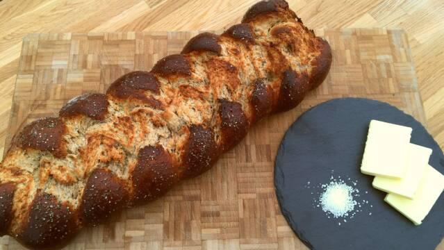 Billede af et lækkert hyttebrød med chiafrø serveret med smør