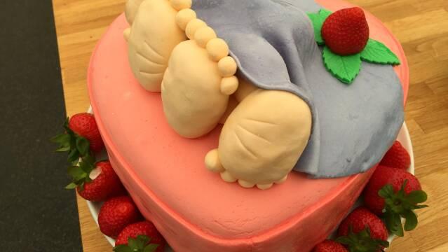 Billede af en sjov og flot polterabendkage i flotte farver og med friske bær