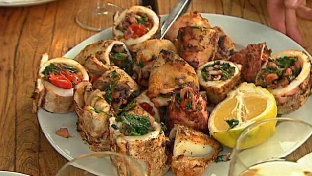 Fyldt blæksprutte med grøntsager og frisk citron