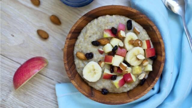 En god måde at starte dagen på er med en varm skål havregrød med frugt og nødder