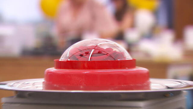kirsebærkage med kuppel på tallerken