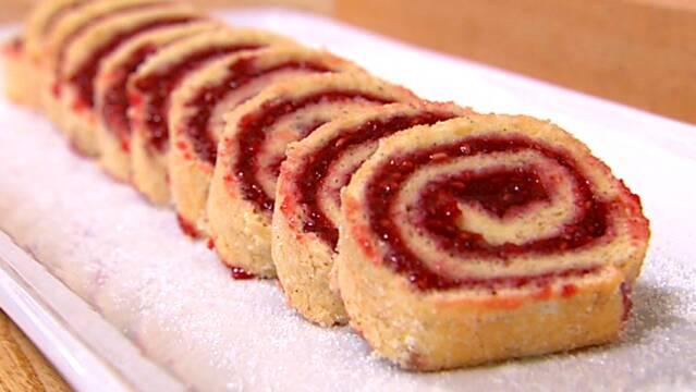 Klassisk hindbærroulade rullet i sukker
