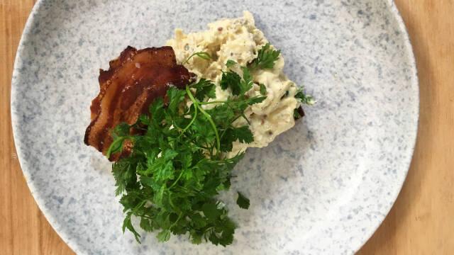 Hønsesalat med bacon og persille på toppen