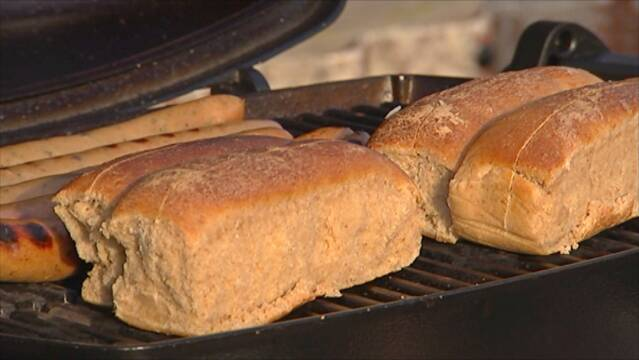 Hjemmelavede hotdogbrød der lunes på grillen