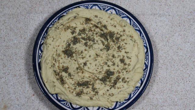 Hummus i blå skål med mønster.