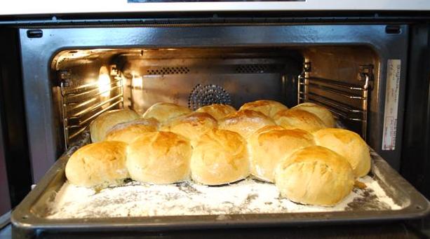 Hveder på bageplade i ovnen