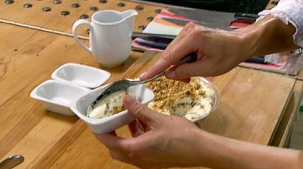 Billlede af hvid chokolademousse med kandiserede nødder