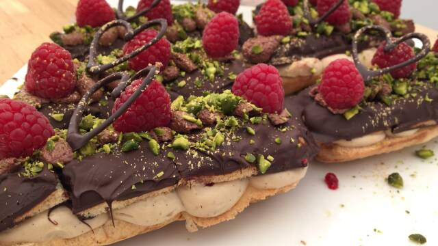 Billede af eclairs med mokkacreme, chokolade og hindbær