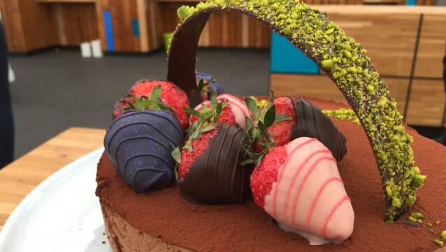 Billede af smuk og overdådig chokoladekage pyntet med jordbær.