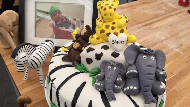 Billede af dyrekage med fine dyr på toppen og en elefant i kagens snit.