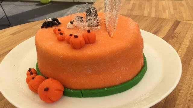 Billede af smuk halloweenkage med havtorn og appelsin