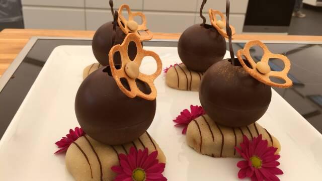 Billede af flotte desserter med brownie og chokoladekugler