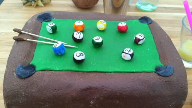 Billede af lækker lagkage udformet som et poolbord.